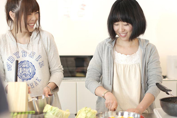 広いキッチンで料理をする女性2人