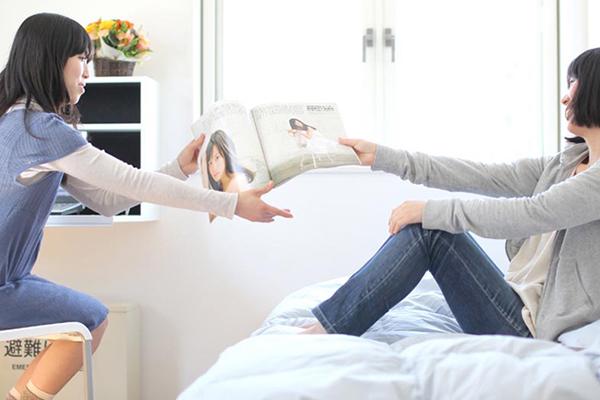 自室でおしゃべりする女性2人