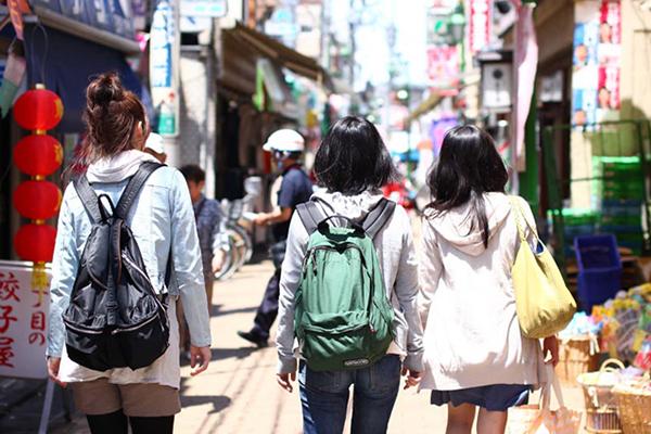 商店街を歩く女性3人