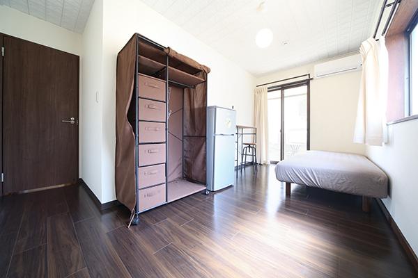 広い個室と備え付けの収納、冷蔵庫