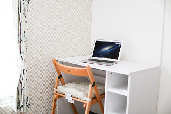 個室の机とパソコン